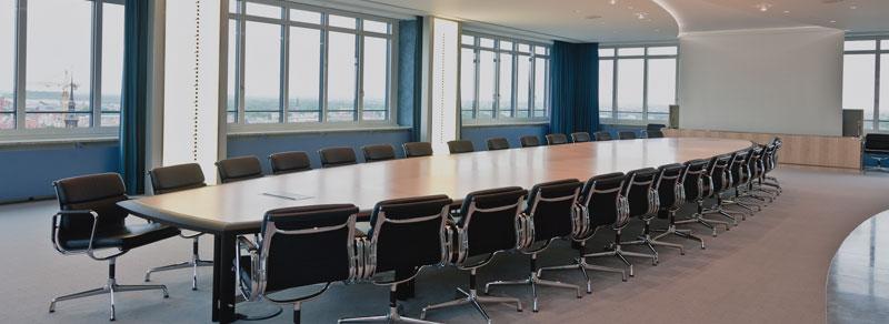 Konferenztisch einer Niederlassung der LB Baden-Württemberg